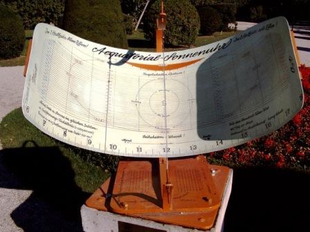 Jam matahari di taman istana Schoenbrunn, Wina dibuat dengan konsep dari Ibnu As-Syatir  Astrolab saku