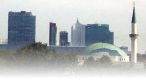 Islamic Centre di Vienna dengan latar belakang UN-City (Kantor PBB di Wina)
