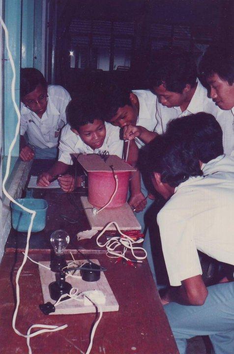 Percobaan fisika listrik di air. Mungkin untuk antisipasi orang yang menggunakan listrik untuk mencari ikan. awal 1986.