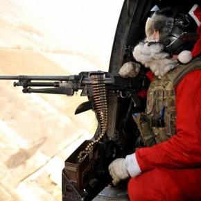 """Serdadu penjajah dalam kostum Sinterklas sedang membagikan """"hadiah Natal """""""