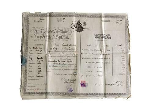 Paspor ini diberikan konsul Utsmaniyah di Singapura pada 1902 dan Batavia pada 1911 untuk Abdul Rahman bin Abdul Majid. Dia pedagang Utsmaniyah yang lahir di Konstantinopel, kemudian pernah menjadi penduduk di Mekah dan Batavia (www.ottomansoutheastasia.org)